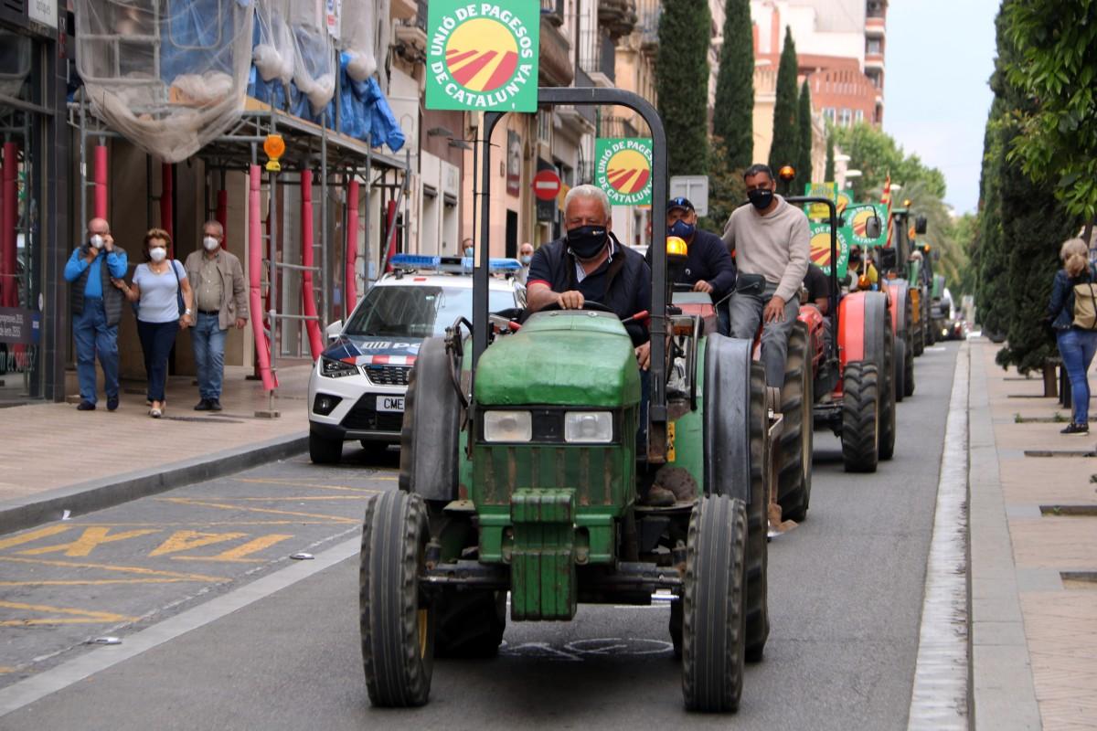 Pagesos recorrent els carrers de Reus durant la protesta en contra del model d'energies renovables del Govern