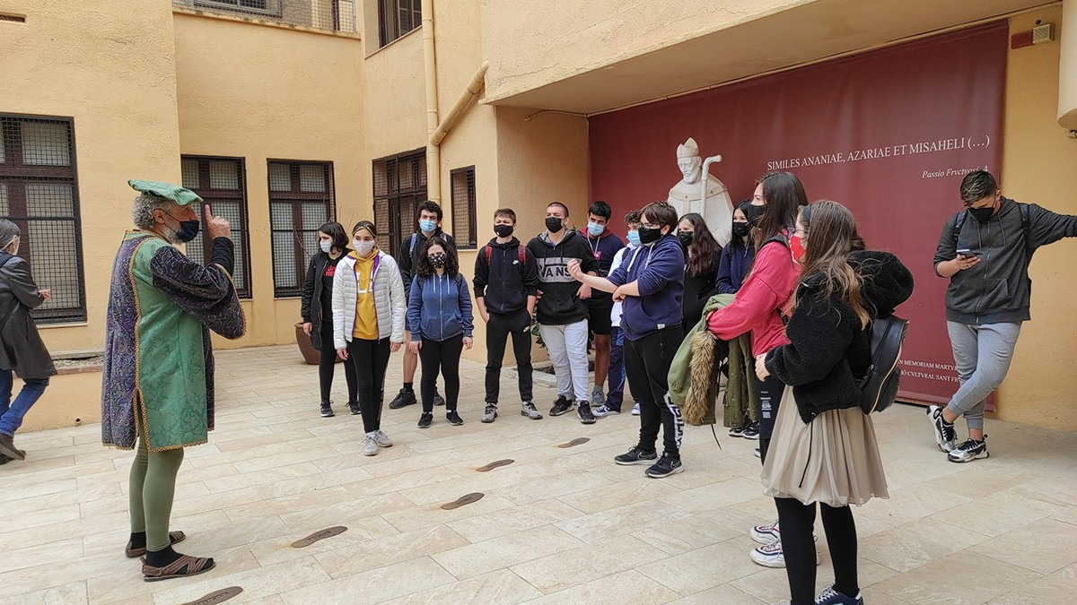 El personatge, durant una ruta pilot que es va fer amb alumnes de l'nstitut Pons d'Icart de Tarragona.