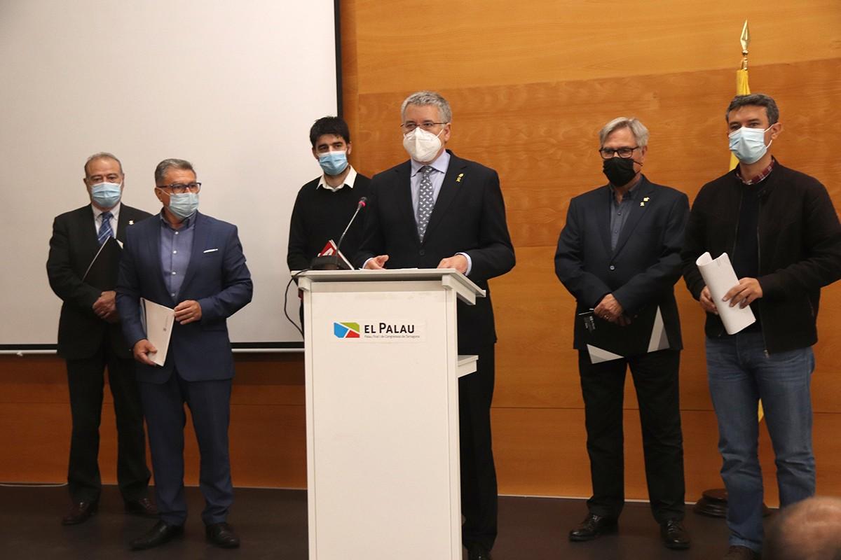 L'alcalde de Tarragona, Pau Ricomà, acompanyat d'alcaldes del Tarragonès i Baix Penedès després de la reunió per reclamar el pas de les mercaderies per l'interior.