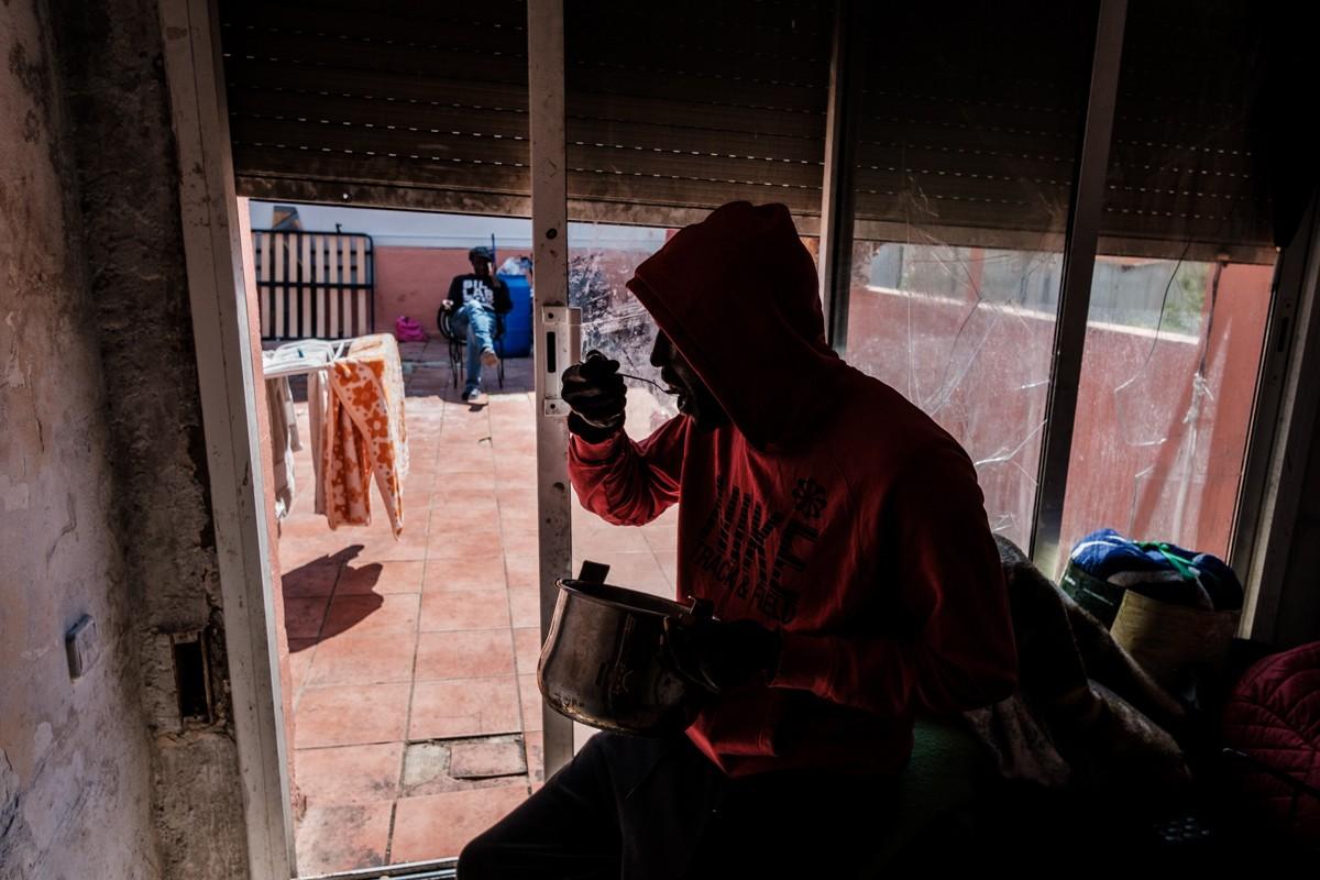 El grup de joves senegalesos sobreviuen en un pis ocupat a de Terrassa des de fa sis anys