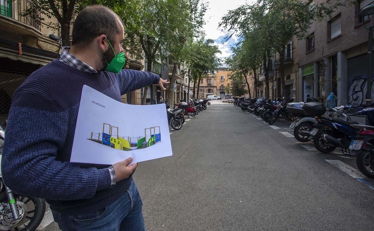 El regidor Xavier Puig, durant la presentació del projecte al carrer Yxart.