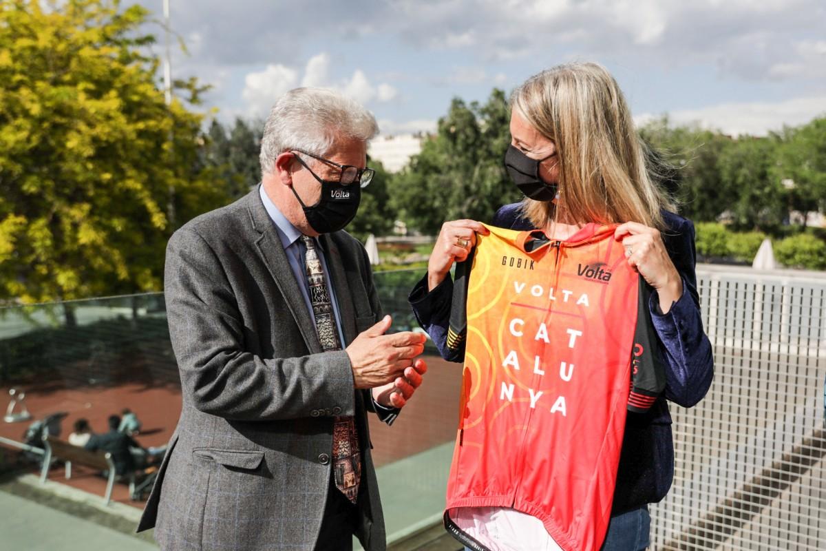 L'alcaldessa de Sant Cugat, Mireia Ingla, amb el president de la Volta Ciclista a Catalunya, Rubèn Peris