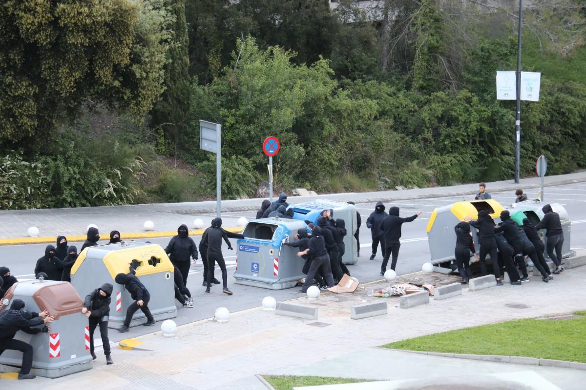 Accessos tallats a la UAB en una jornada de vaga.