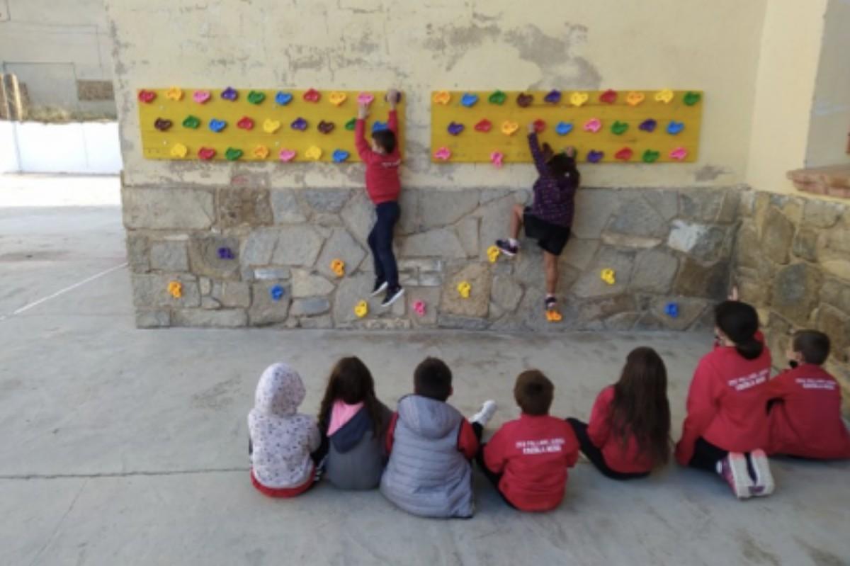 Alumnes de l'escola Aeso d'Isona en un dels nous espais de joc situats al pati