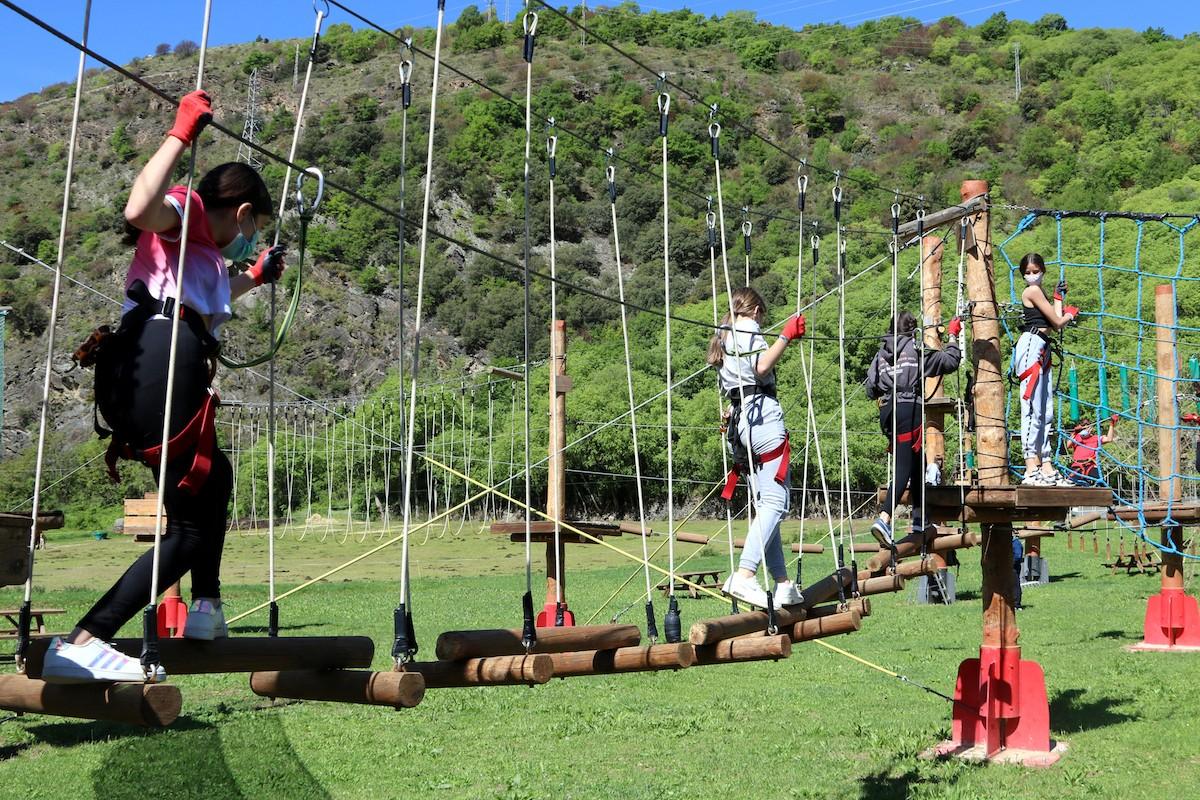 Un grup d'escolars en un parc d'aventura pallarès