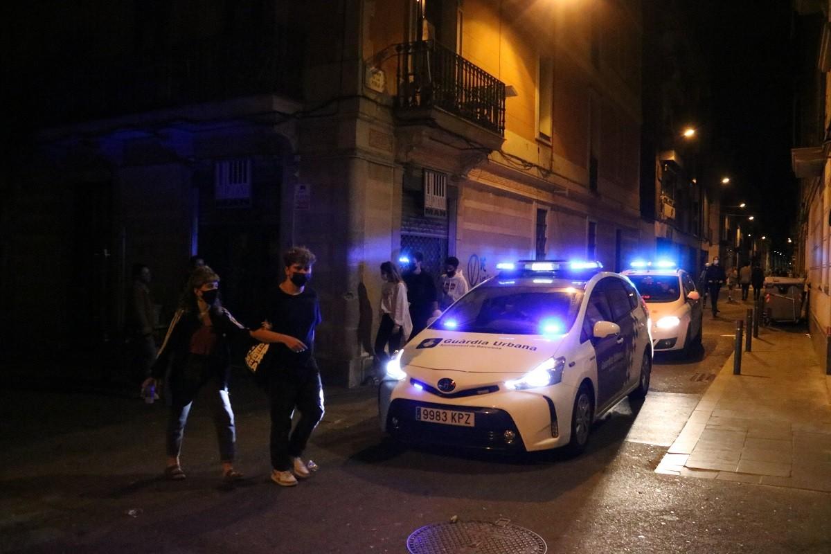 Dos cotxes de la Guàrdia Urbana patrullant a Gràcia