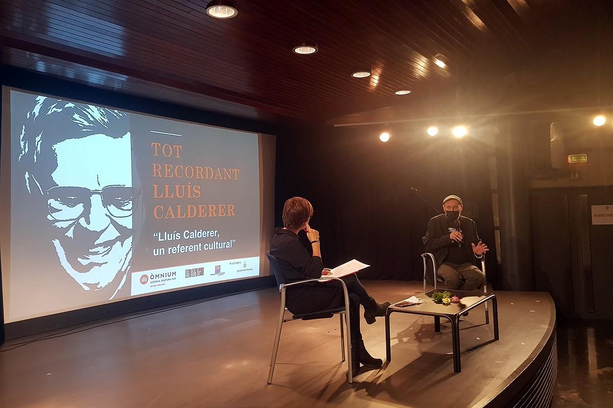 La periodista Anna Vilajosana entrevistant David Torras