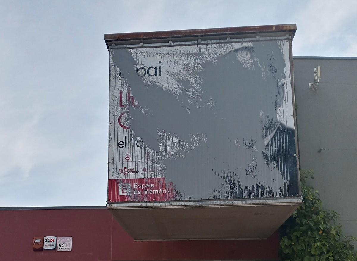 El cartell amb el rostre de Lluís Companys, vandalitzat.