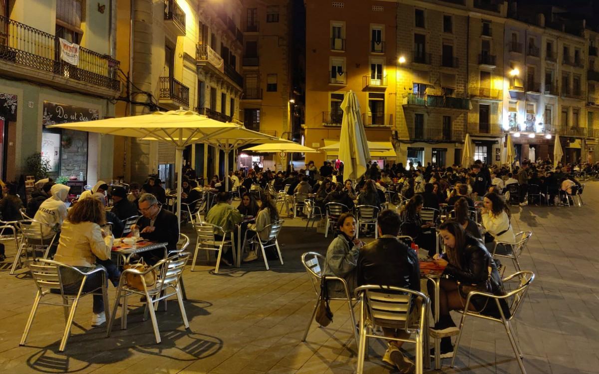 La plaça Major de Manresa durant el vespre del primer divendres de reobertura de restaurants per sopar