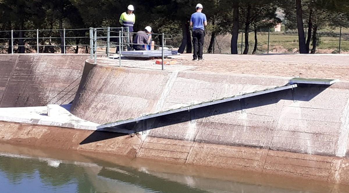 La rampa instal·lada no toca a l'aigua