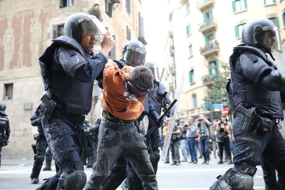 Moment de la detenció del menor a la Via Laietana.
