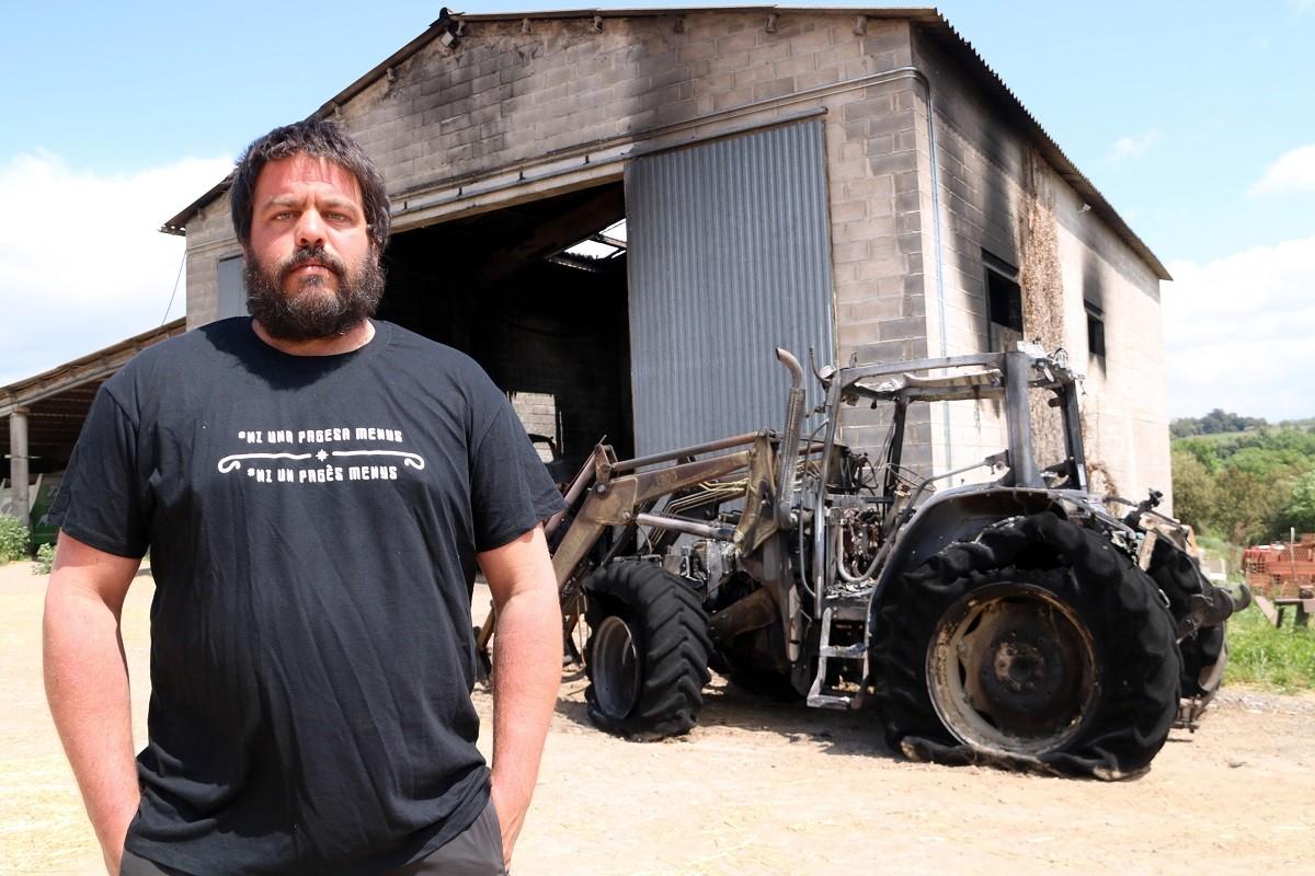 Abel Peraire amb els desperfectes causats per l'incendi a la seva granja, a principis de maig