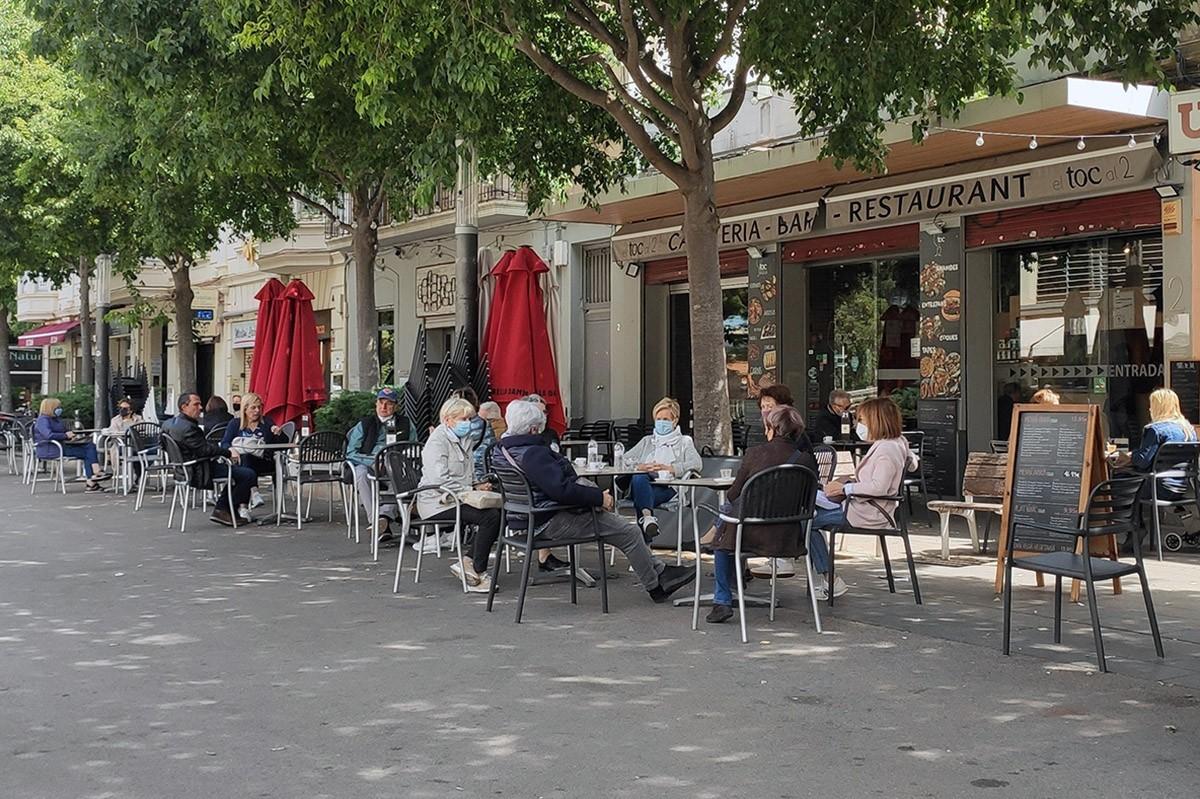 La terrassa d'un bar a la plaça del Mercat Central