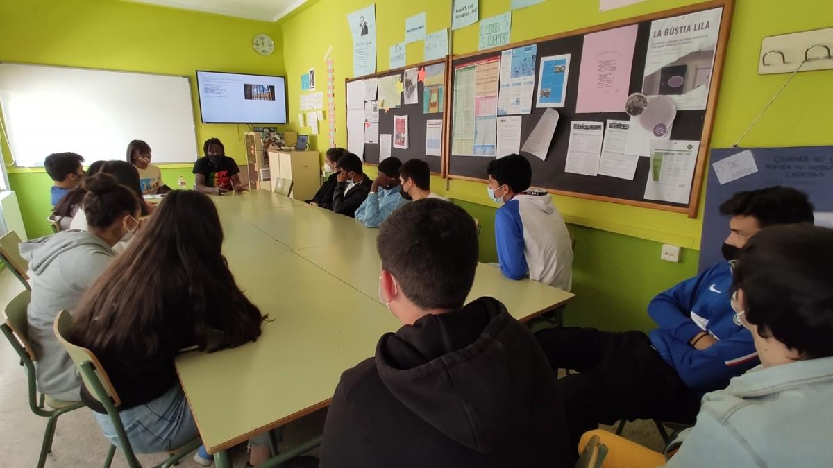 L'Abdoulaye i la Yacine, amb els alumnes del Celestí Bellera