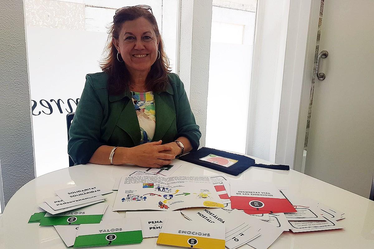 La psicòloga i professora M. Dolors Utrera amb les cartes de foment de la intel·ligència emocional