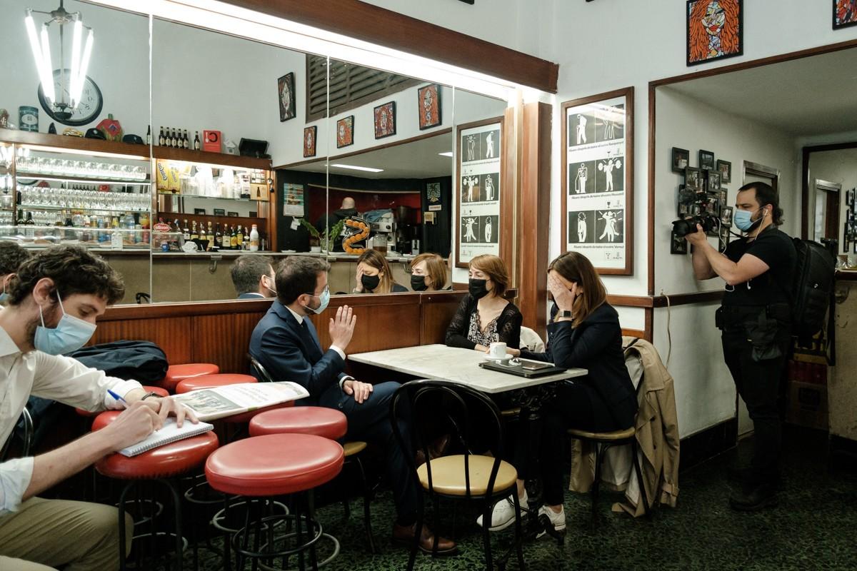 Pere Aragonès, aquest dijous en un bar amb el seu equip, prop de Sant Jaume