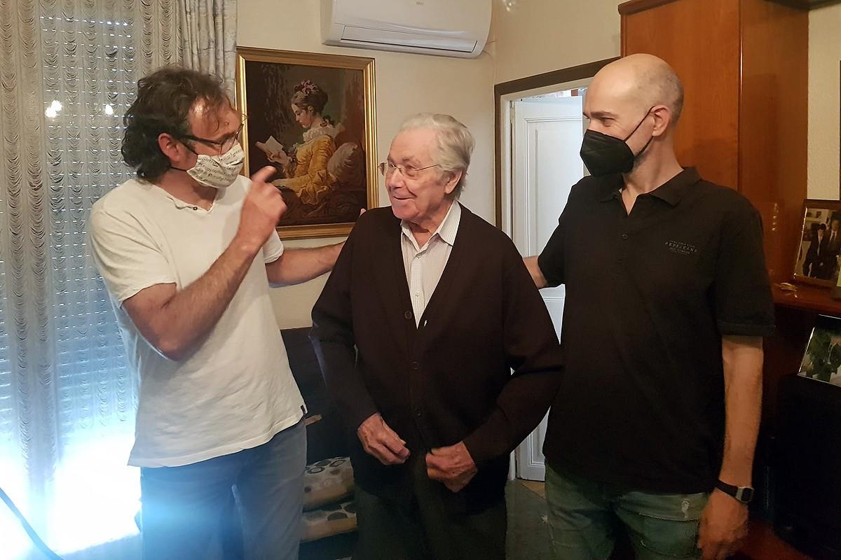 Xavier Planes parla amb Àngel Vilalta a casa seva, davant la mirada de Joan Fons