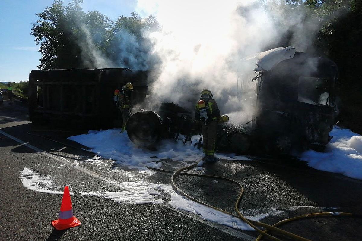 El foc ha afectat vegetació del costat de la carretera C-62, a Sant Bartomeu del Grau