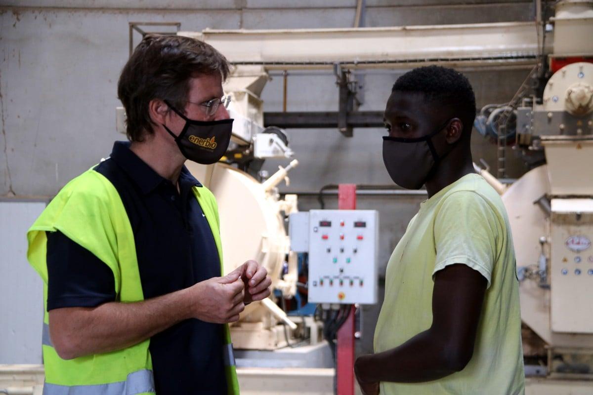 L'Ibrahim parlant amb un dels responsables de l'empresa on treballa, al Lluçanès