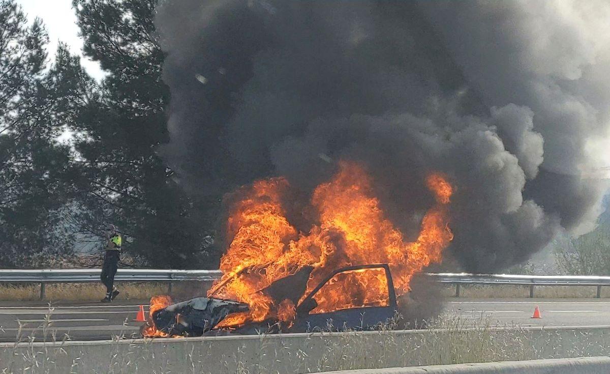 Vehicle incendiat a la C-58.