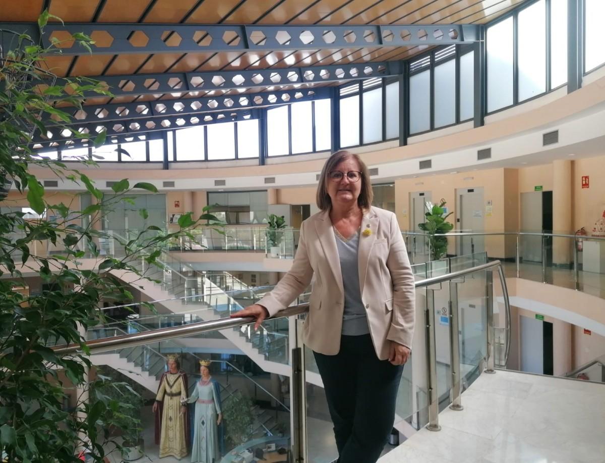 L'alcaldessa de Cambrils, Camí Mendoza, a l'Ajuntament