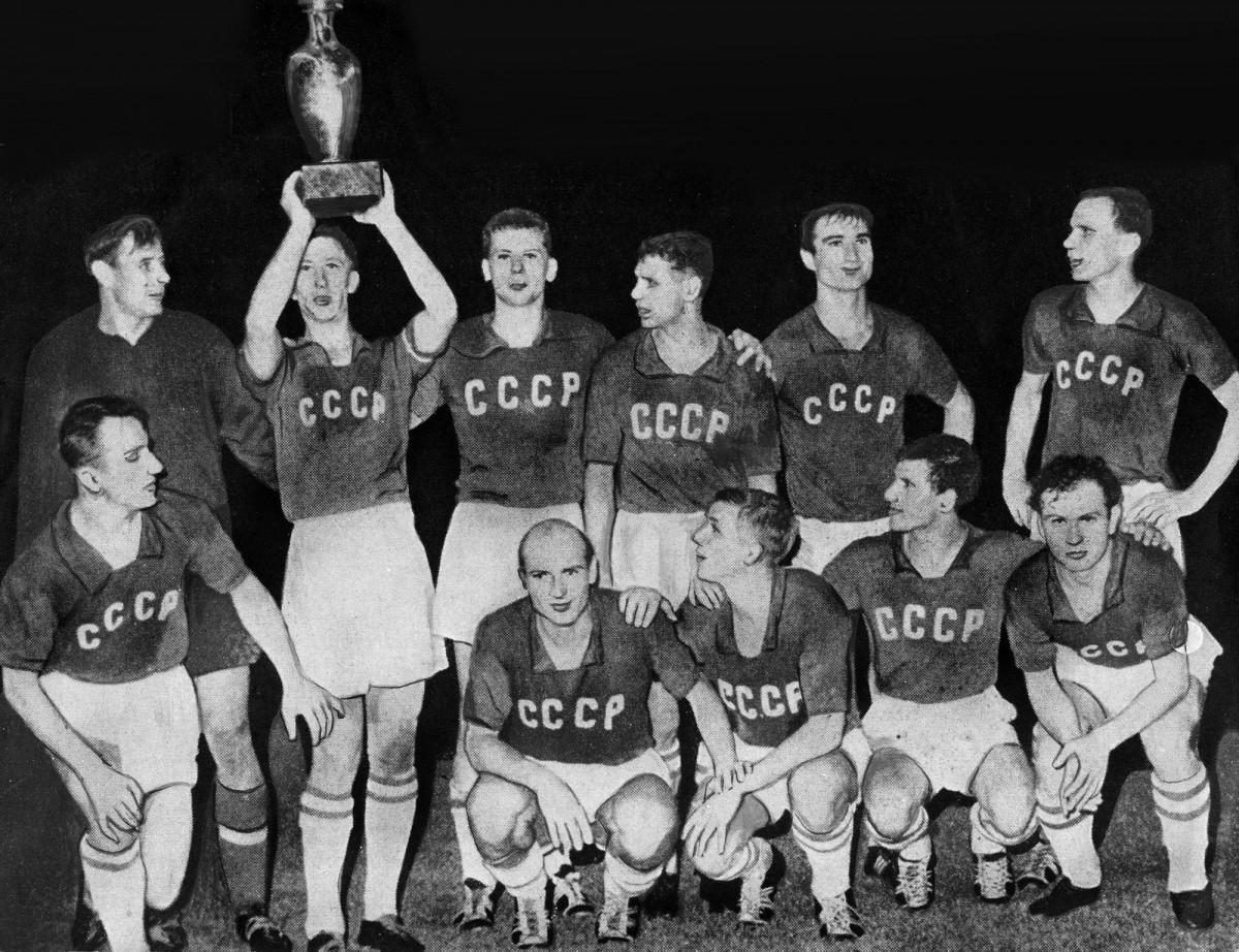 La selecció de la Unió Soviètica aixeca l'Eurocopa de 1960, el seu primer i únic gran triomf en un torneig internacional futbolístic