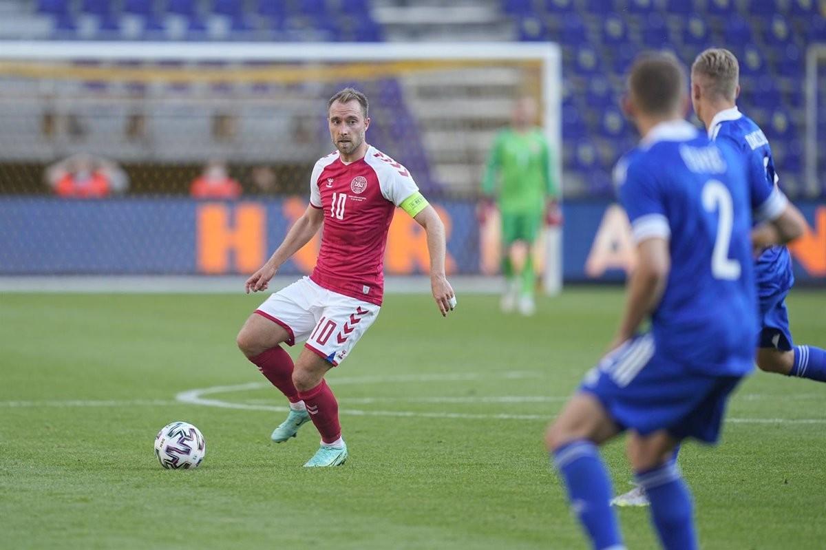 Els jugadors de Dinamarca, rodejant el jugador