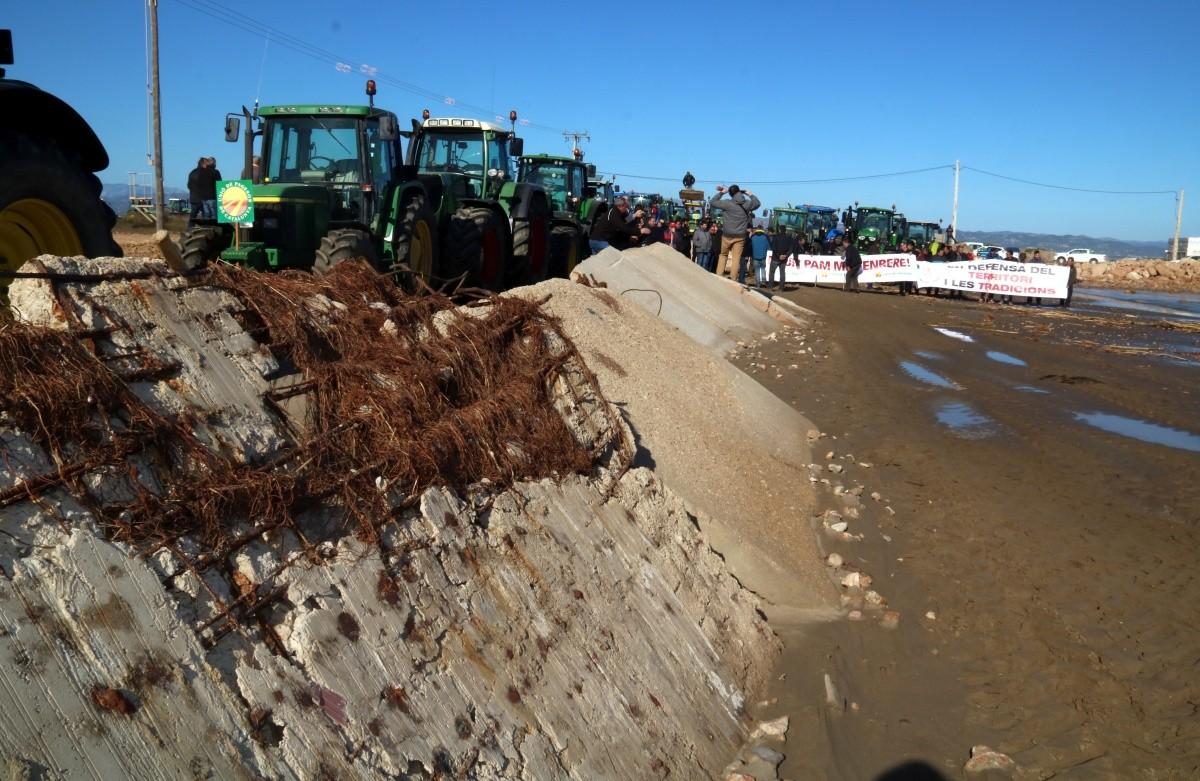 Restes de formigó acumulades a la platja de la Marquesa de Deltebre després del temporal, amb tractors i pagesos preparats per la mobilització, al febrer del 2020.