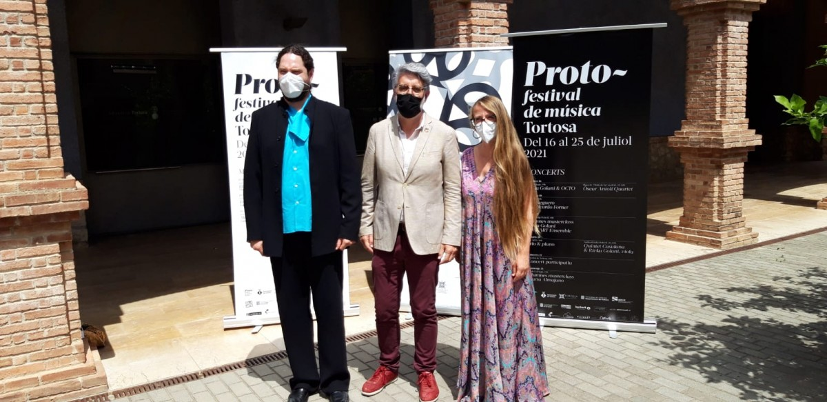Pla general del tinent d'alcalde Enric Roig i els organitzadors de Proto, Cecília Aymí i David Mateu, en la presentació del festival al Museu de Tortosa.