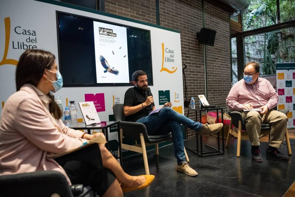Andreu Merino, acompanyat de Ferran Casas i Sonia Andolz, en la presentació del llibre ''La ciutat sense veïns. Víctimes i botxins a la Barcelona de l'especulació immobiliària''