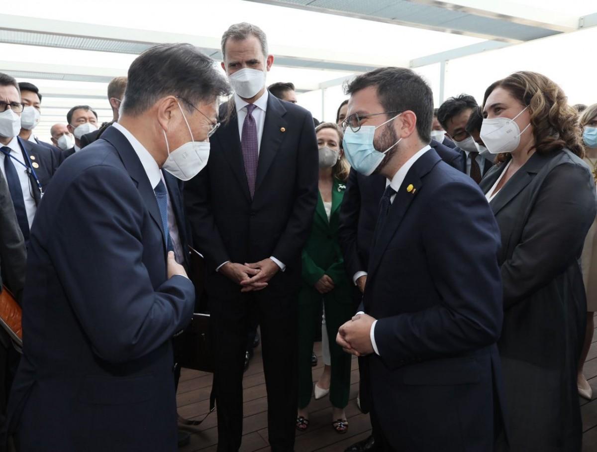 El rei observa com Pere Aragonès saluda el president de Corea del Sud.