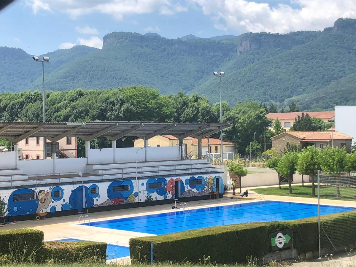 La piscina municipal de la Vall d'en Bas és a Sant Esteve d'en Bas.