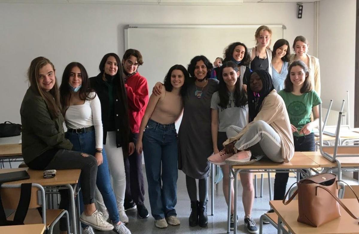 Layla Selim juntament amb els 12 alumnes de 2n de Batxibac