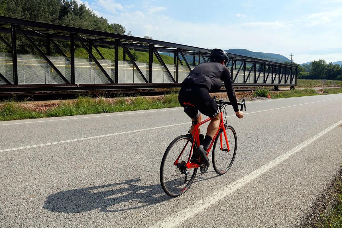 Una bicicleta, passant pel costat d'un dels ponts metàl·lics