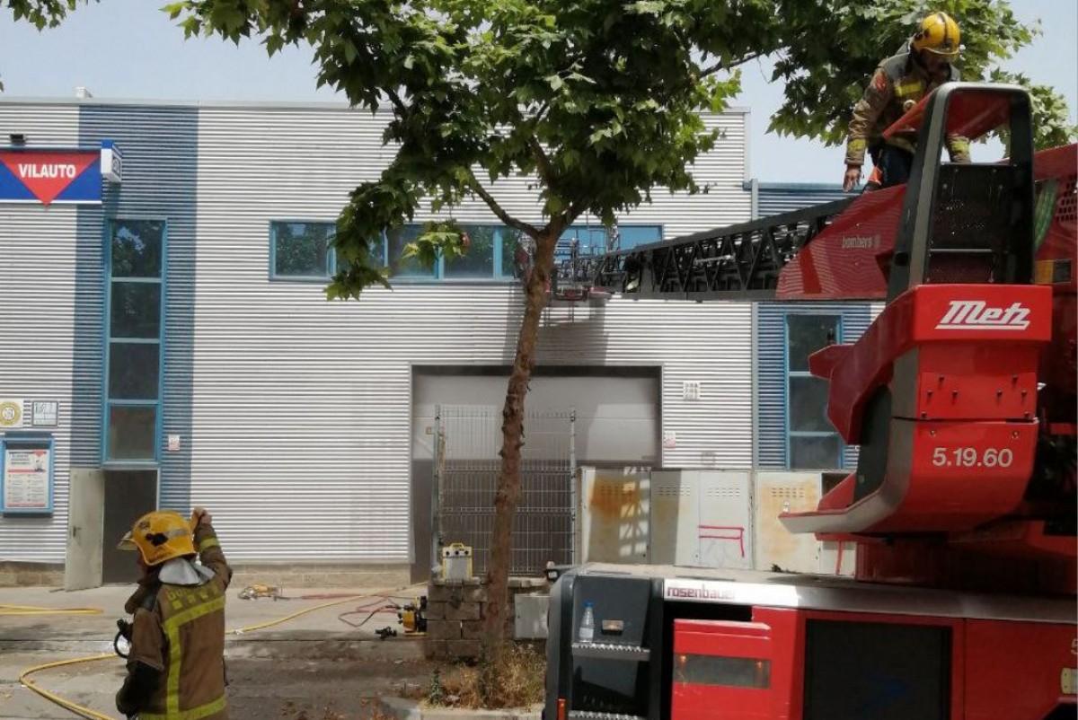 Bombers extingint l'incendi a Vilanova i la Geltrú