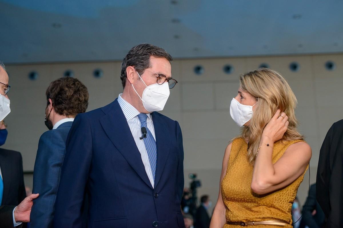 El líder patronal Antonio Garamendi i la ministra de Treball, aquest dijous.