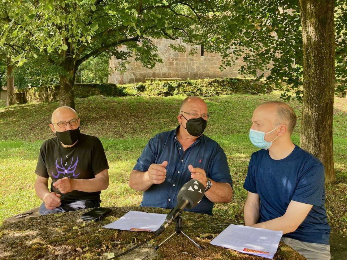 Quim Domene, Santi Reixach i David Santaeulària durant la presentació des del Mas Sobeies.