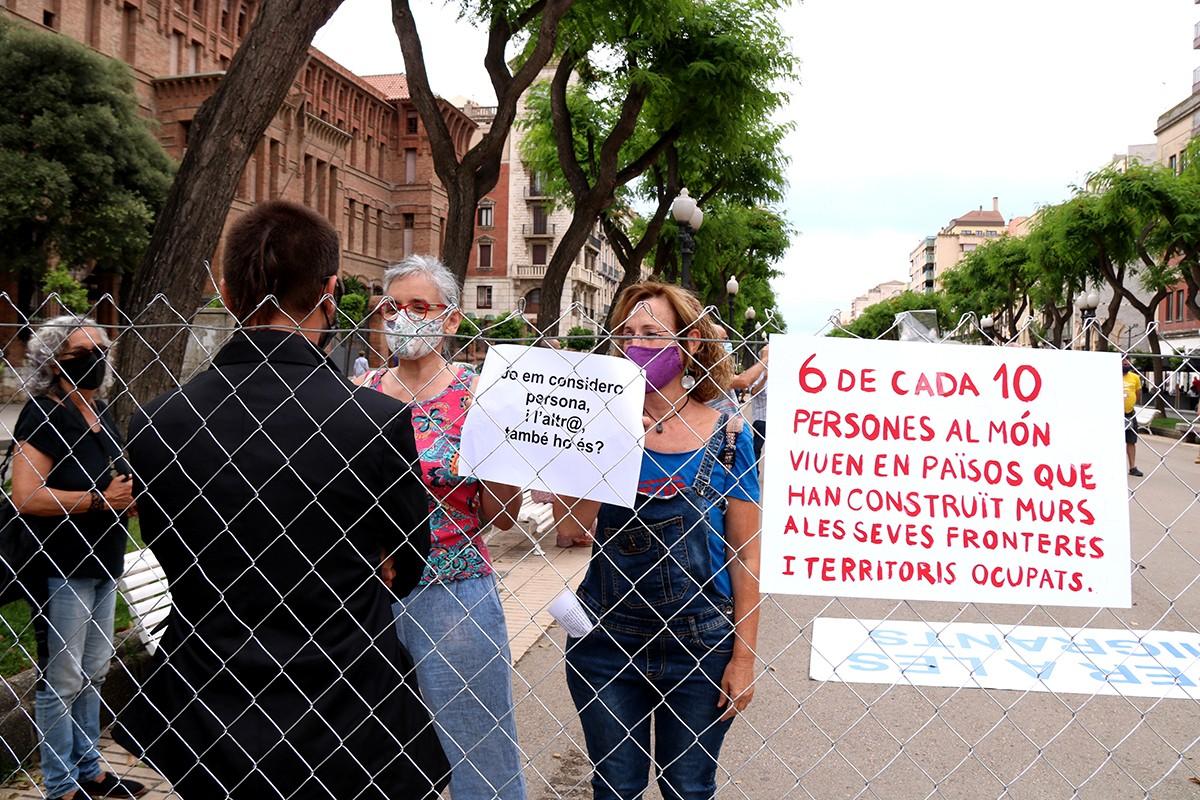Activistes actuant en la performance de la protesta de Stop Mare Mortum a Tarragona en el Dia Mundial de les Persones Refugiades.