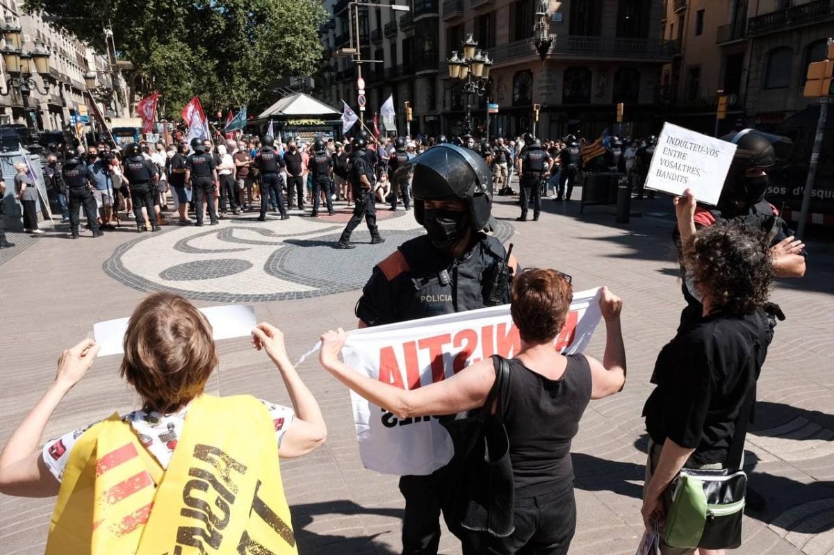 Concentració contra Pedro Sánchez davant del Liceu