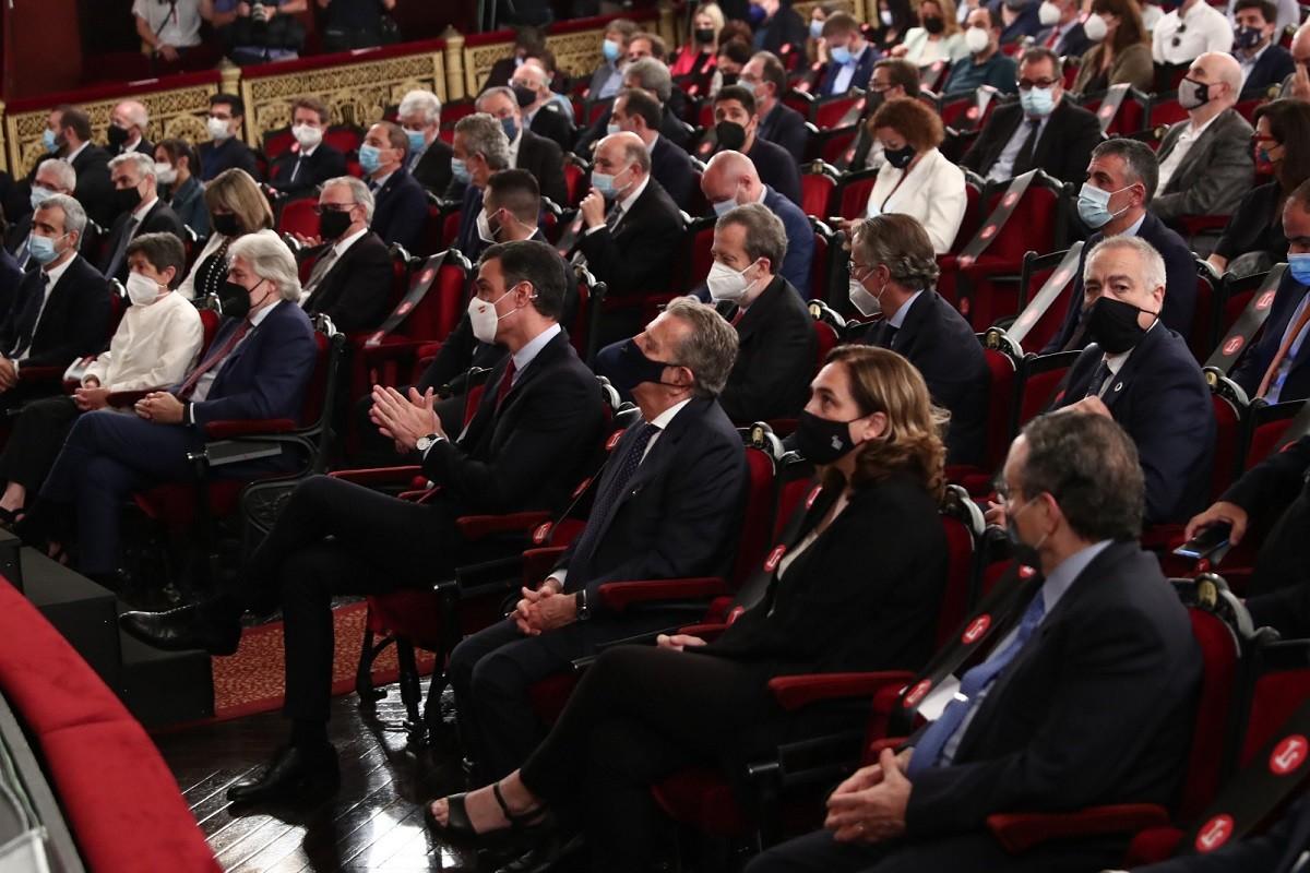 Pedro Sánchez, amb empresaris i autoritats polítiques, al Gran Teatre del Liceu
