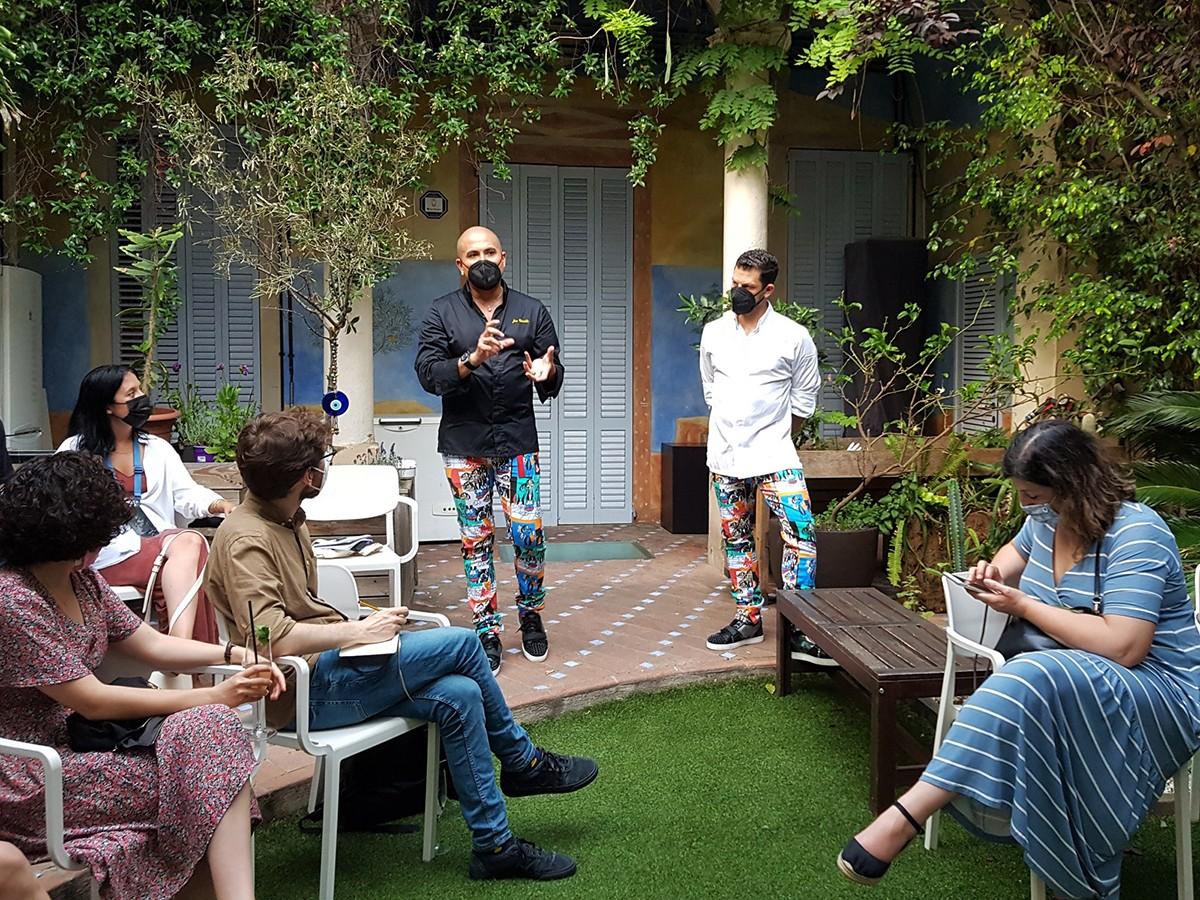 Els cuiners Jaime Lieberman i Jon Giraldo davant la casa que acull l'Spoonik.