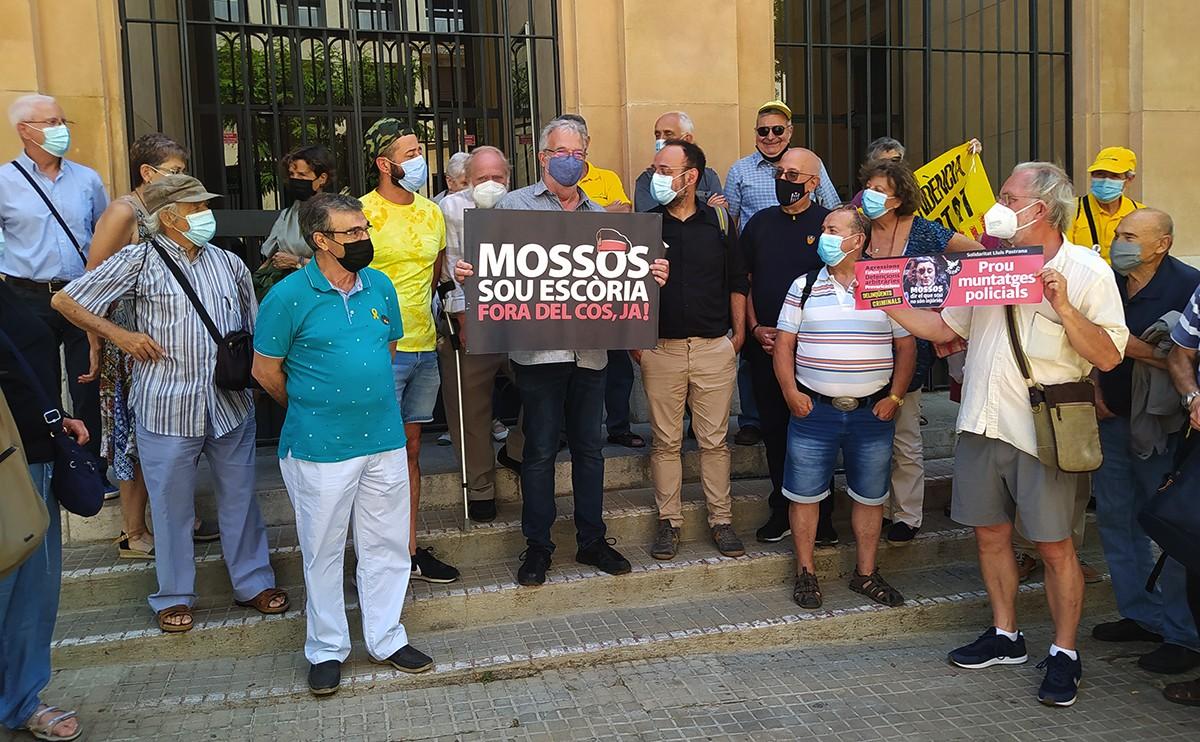Lluís Pastrana, aquest dimarts davant dels jutjats, amb la pancarta que l'ha dut a declarar.