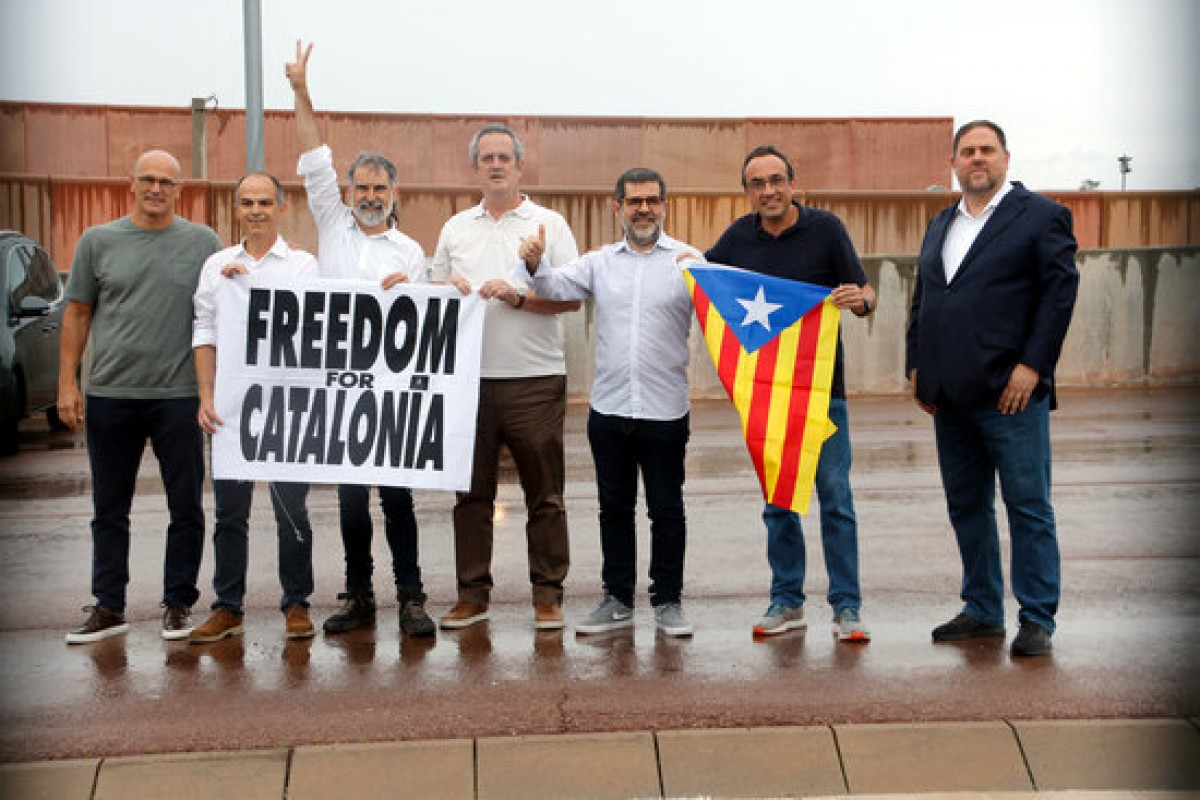 Els set presos independentistes de Lledoners a les portes del centre penitenciari