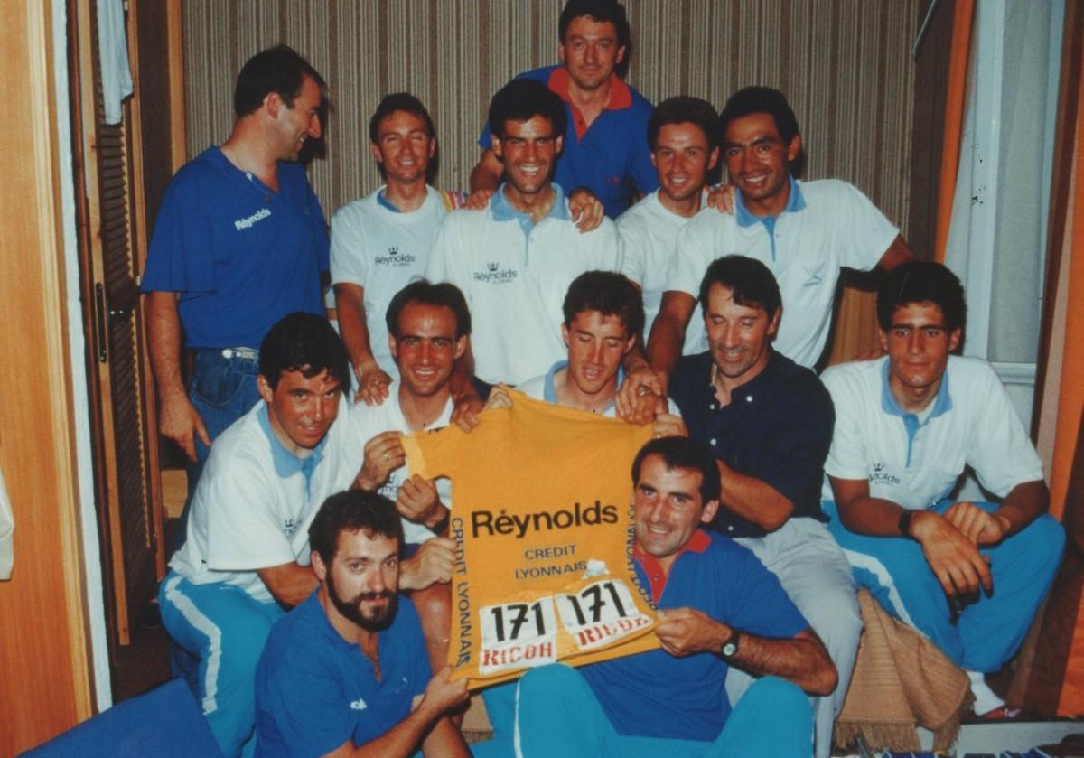 Perico Delgado exhibeix el mallot groc del Tour de 1988 amb els seus companys de l'equip Reynolds