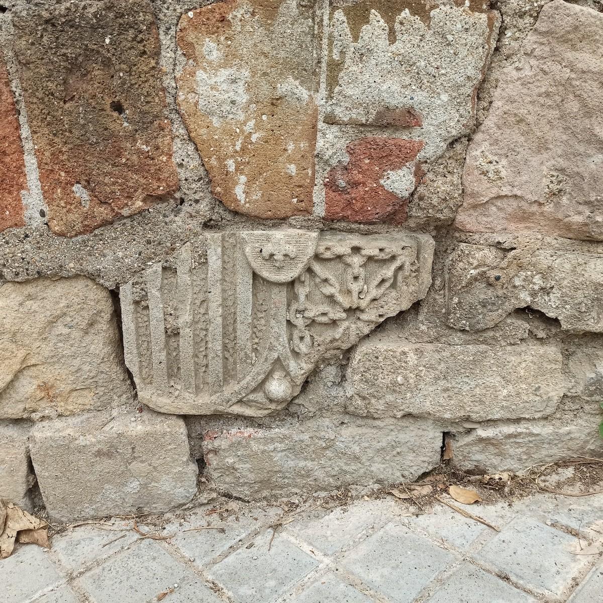 Fragment de l'escut al passatge de les Bateries