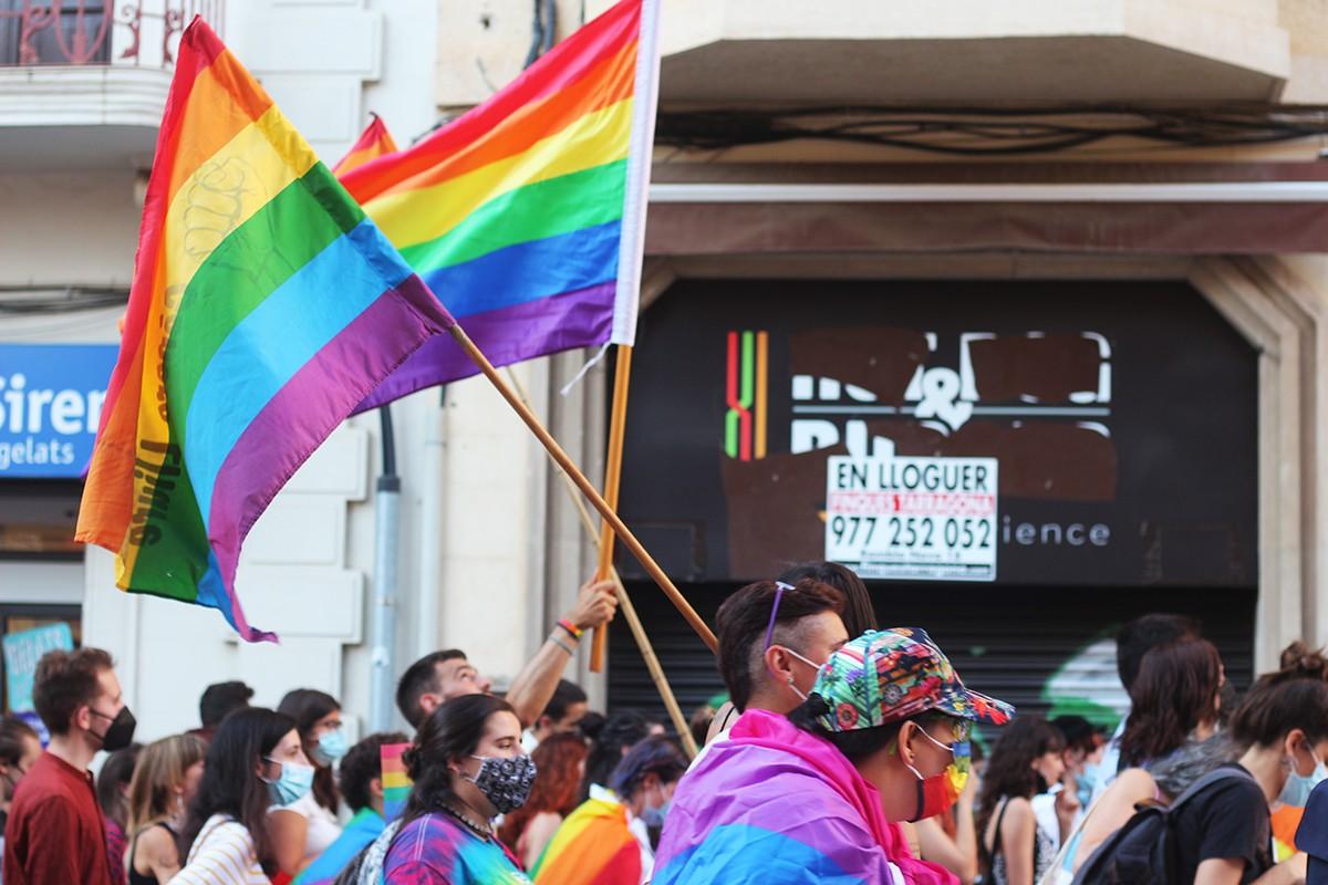 Detall de banderes de l'arc de Sant Martí, a la manifestació de l'Orgull a Tarragona
