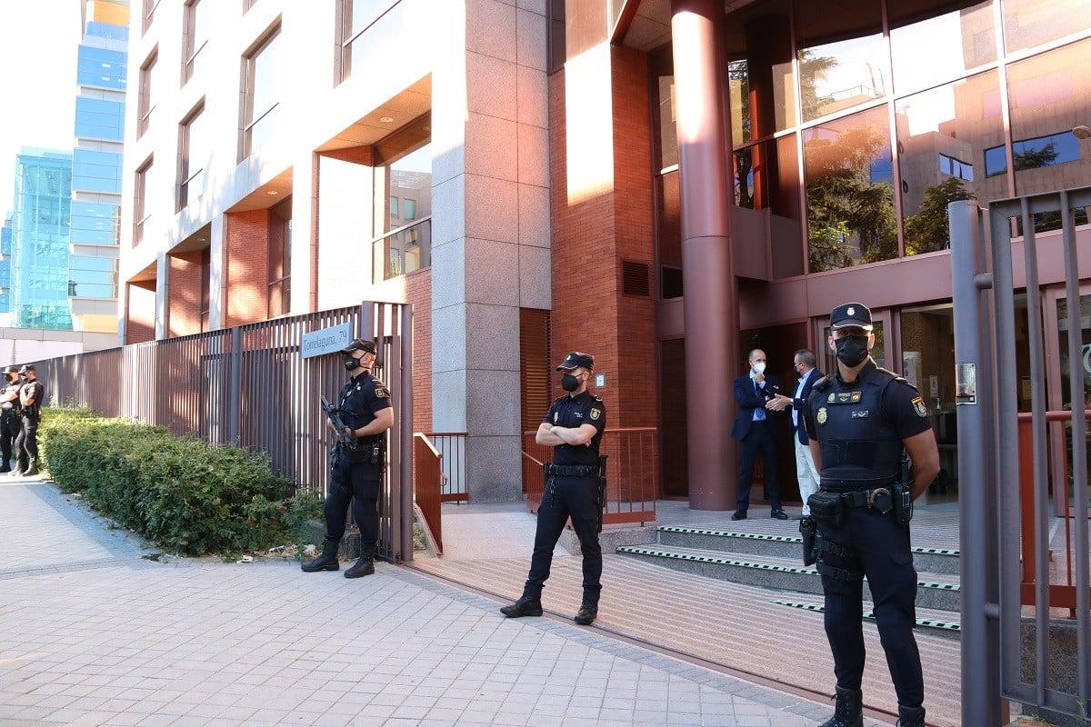 L'entrada de la seu del Tribunal de Comptes al carrer Torrelaguna de Madrid, protegida per la policia