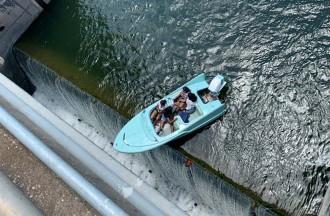 Rescaten una embarcació encallada al límit d'una presa de Texas a 11 metres d'alçada