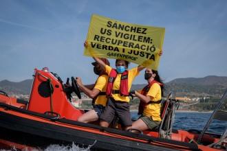 Detinguts dos membres de Greenpeace que volien protestar contra Sánchez en llanxa davant l'Hotel W