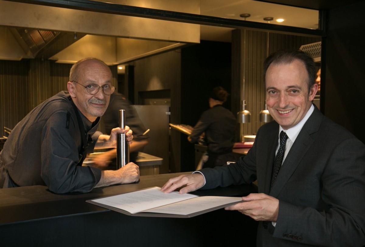 Xavier Sagristà, a l'esquerra, amb el cap de sala Toni Gerez, al restaurant Castell de Peralada